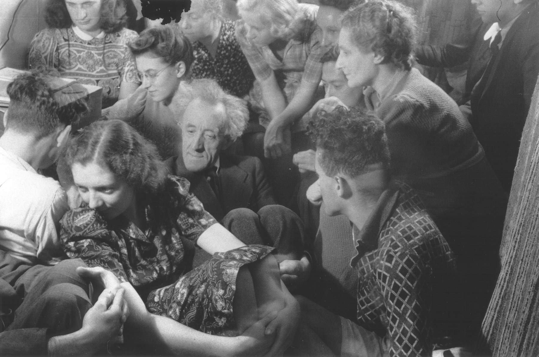 A group of Dutch resistance members and hidden Jews are crowded into a room [possibly to listen to a clandestine radio].  Those pictured include Hans Pos, Marie Scheres, Bep Klant, Phiep Vahrmayer, Rosette Aussen-Muscoviter, Oei Tjensit, Benno Aussen and Lizzy Pos.