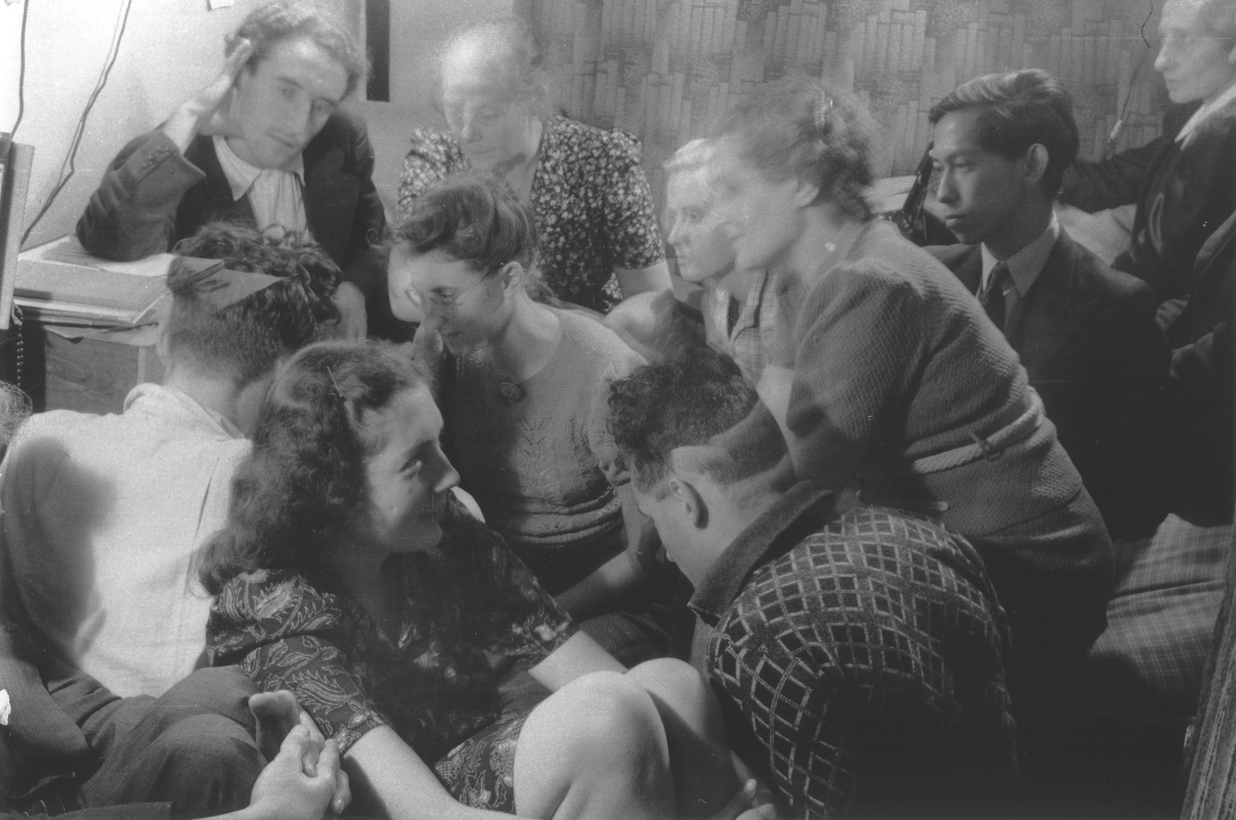 A group of Dutch resistance members and hidden Jews are crowded into a room [possibly to listen to a clandestine radio].  Those pictured include Bep Klant, Rosette Aussen-Muscoviter, Dirk Pos, Benno Aussen and Lizzy Pos.