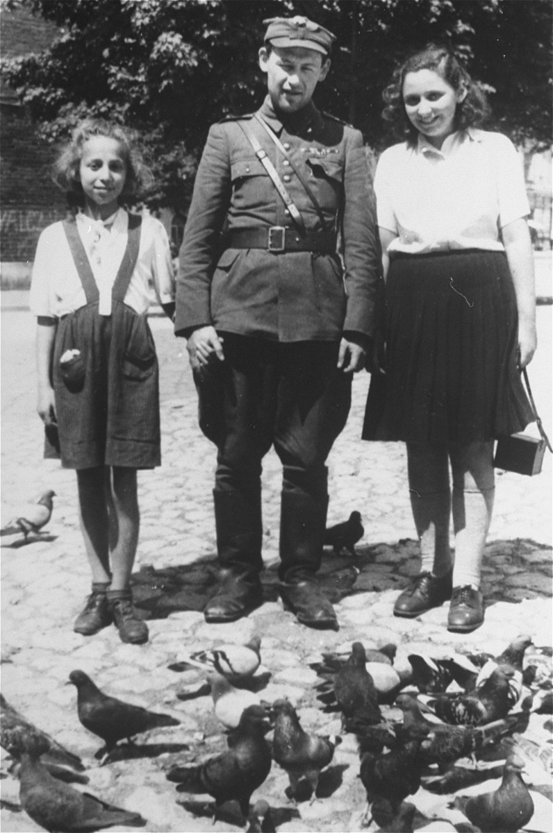 Two Jewish girls pose with a member of the Jewish Brigade.
