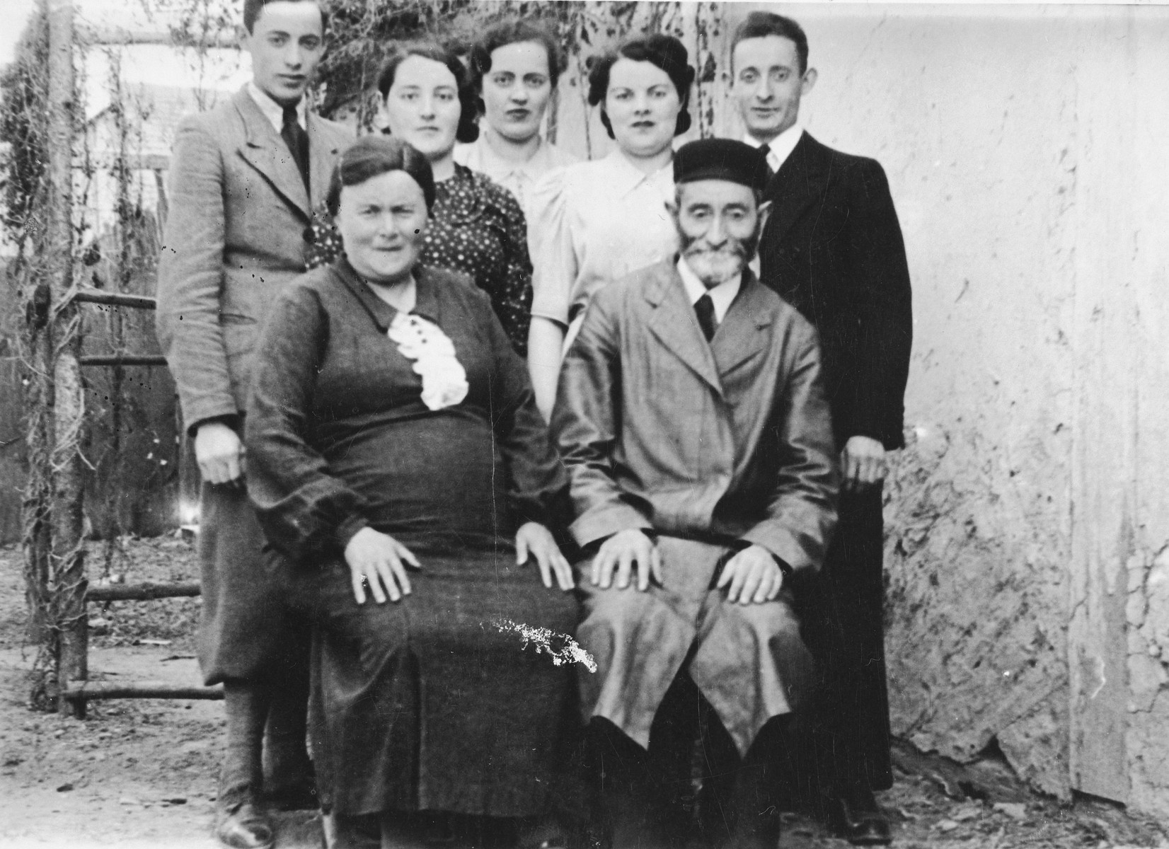 Portrait of an Orthodox Jewish couple in Zamosc and their children.  Pictured are Wertman family.  Izak Wertman later married Rywa Gordon.