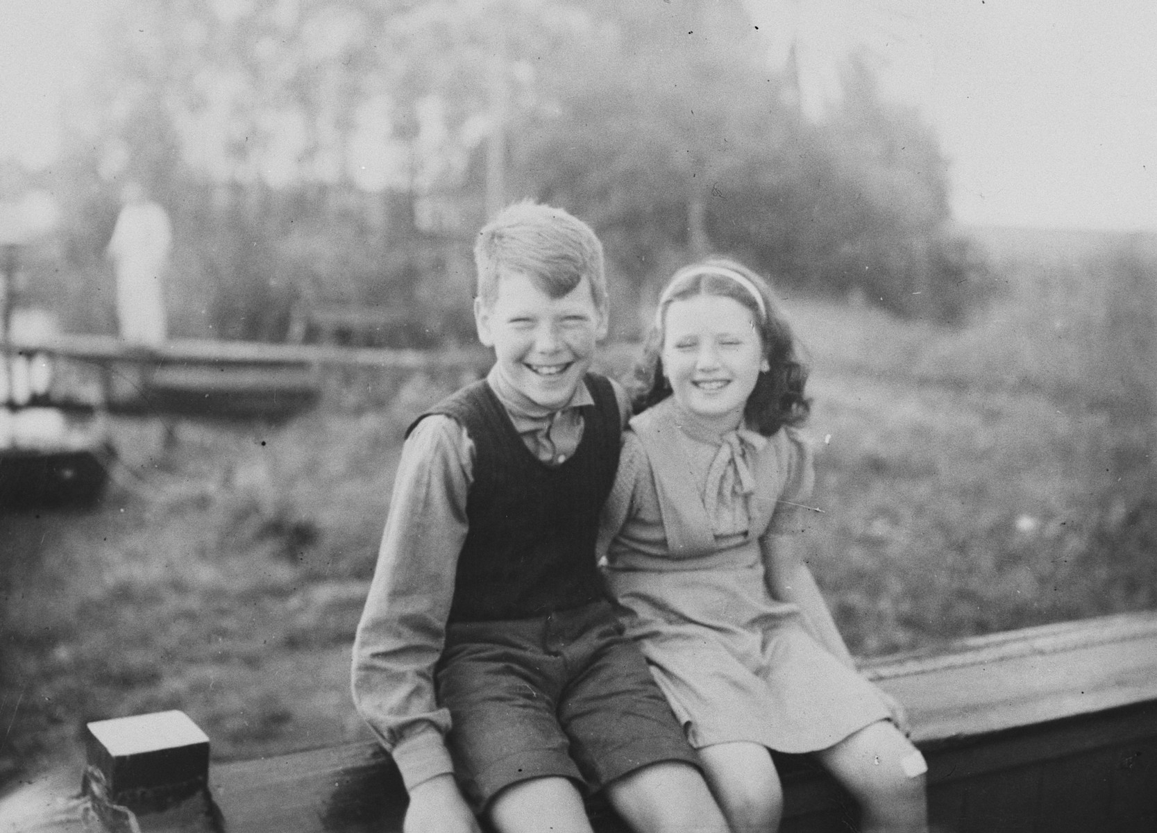 Max and Miep van Engel vacation in Friesland where they went to sail with their father a few years after the end of the war.  The siblings had survived the war in hiding.