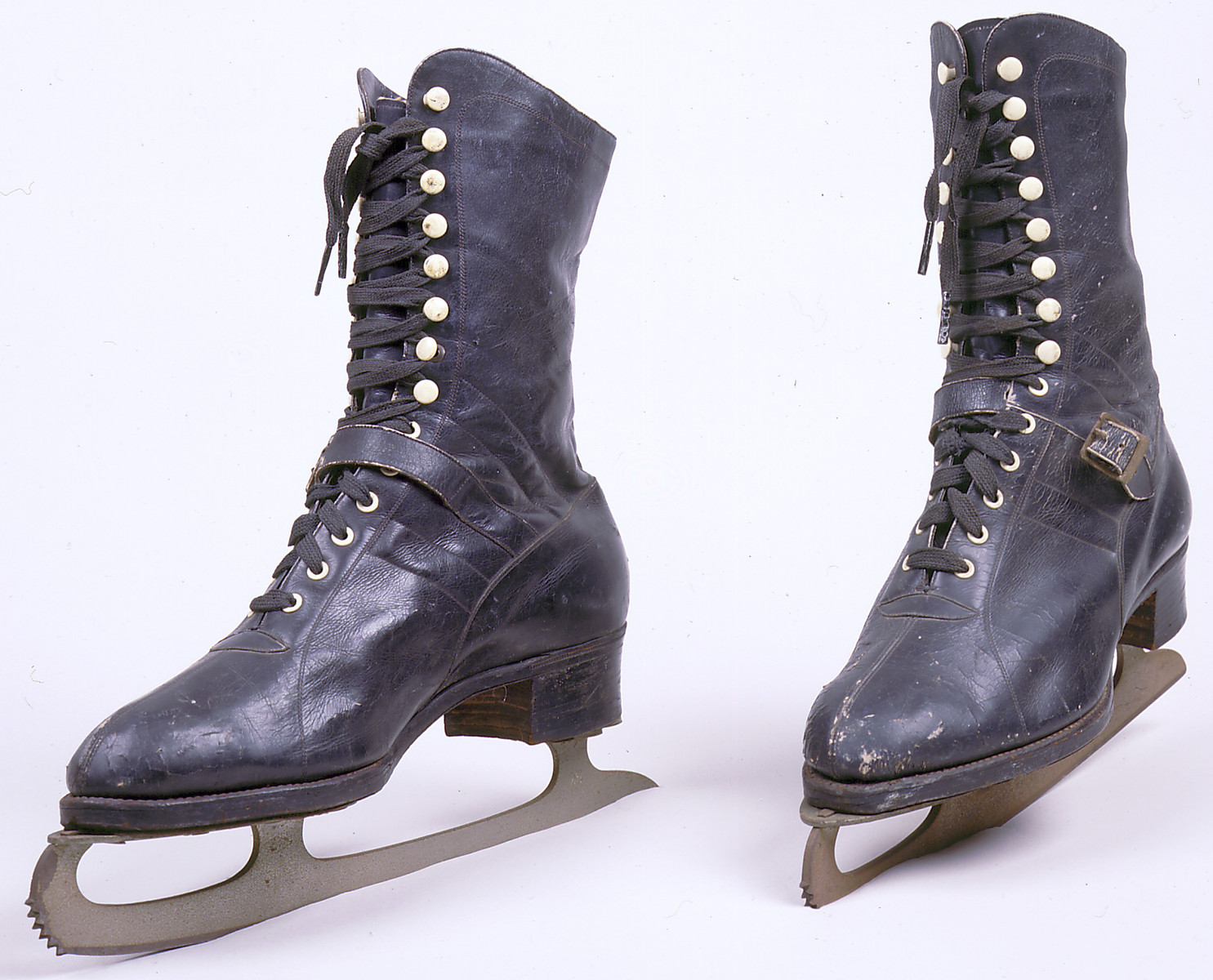 These ice skates were among the few personal belongings Hanni Sondheimer took with her on her journey from Kaunas to Shanghai.  Hanni, who was then only a teenager, also carried a pair of red shoes and a picture of Gary Cooper.