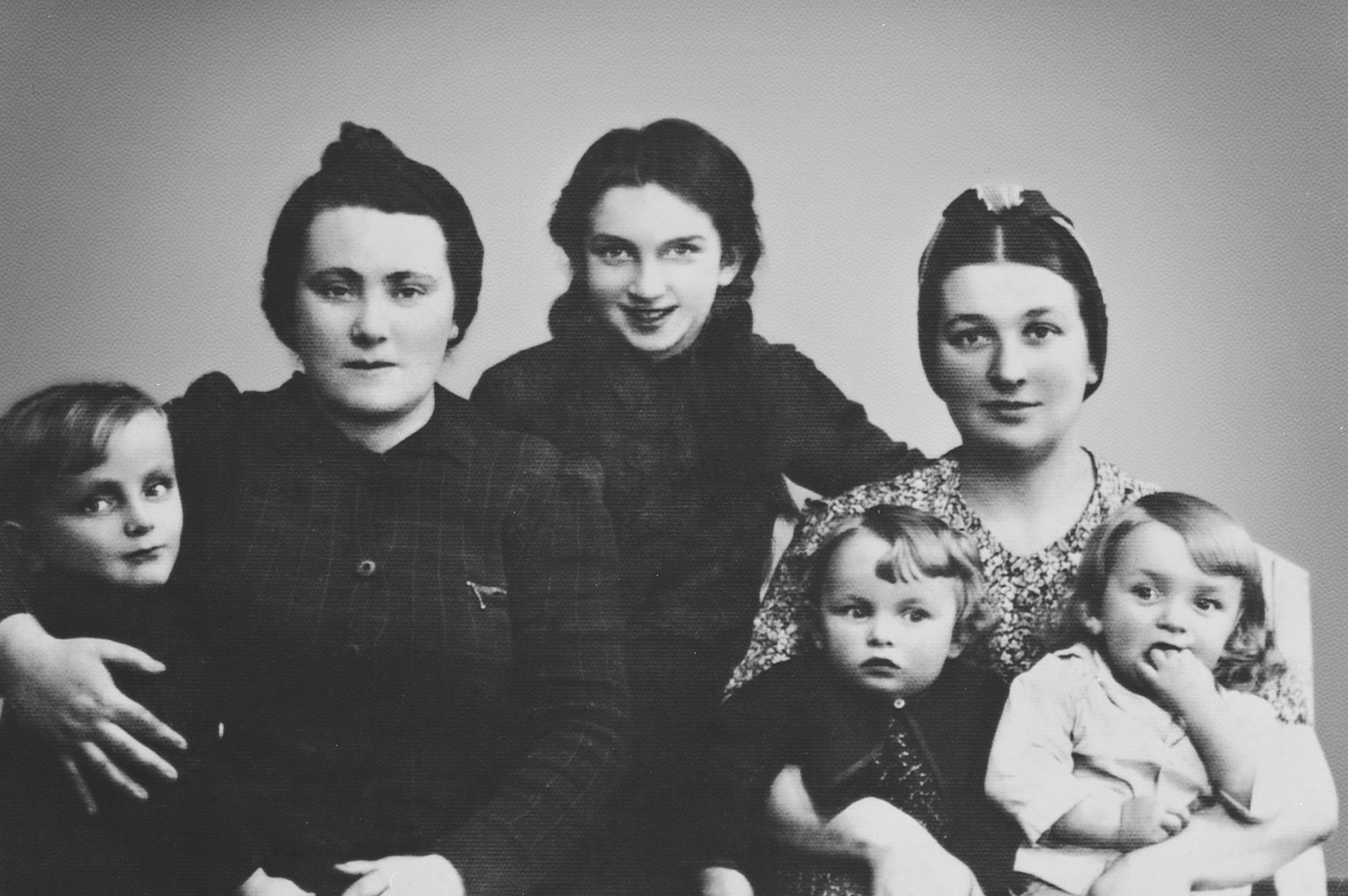 Family portrait of two Jewish sisters and their children in Sosnowiec.  On left are Aunt Rose and her daughter.  Genia is in the center and then Esther Wajntraub Paluch holding Ida and Adam.