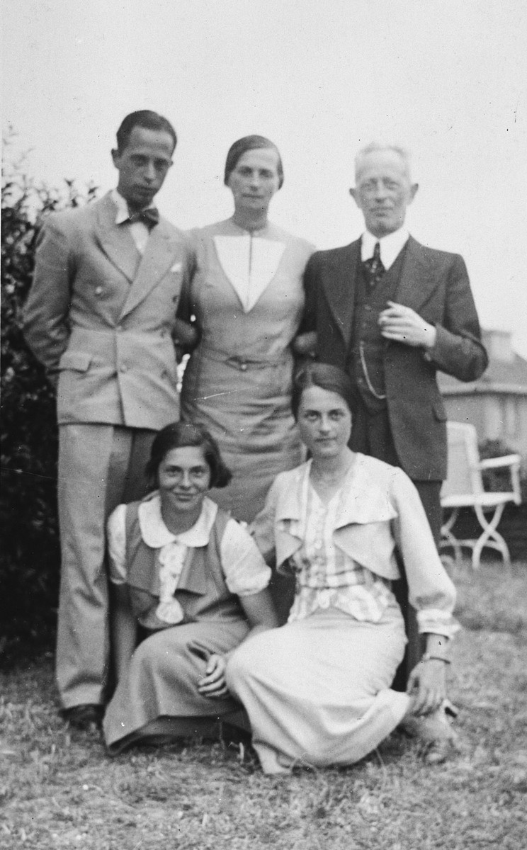 Portrait of the Riegner family.  Seated from left to right are Helene and Marianne.  Standing are Gerhart, Agnes, and Heinrich.