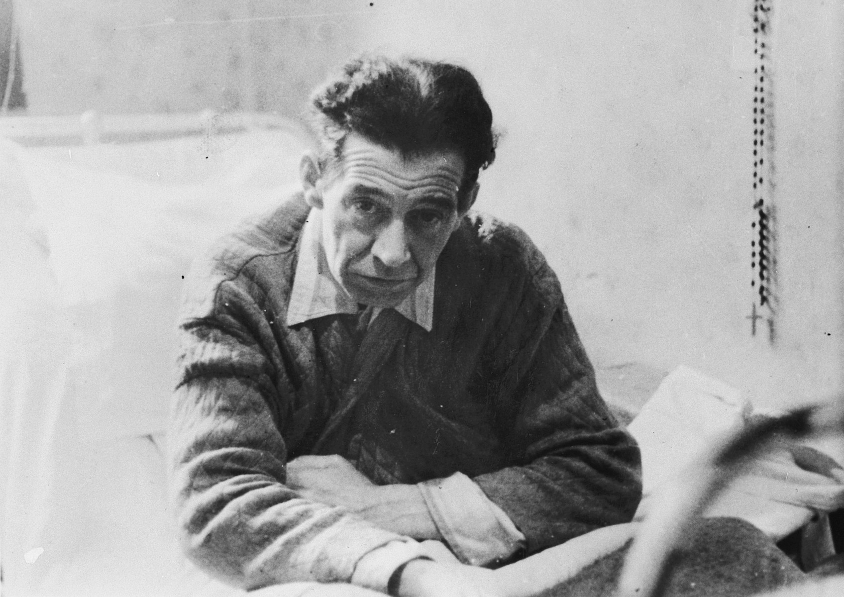 Photograph of Major van Roosbroeck in a hospital after his liberation from the Breendonck internment camp.