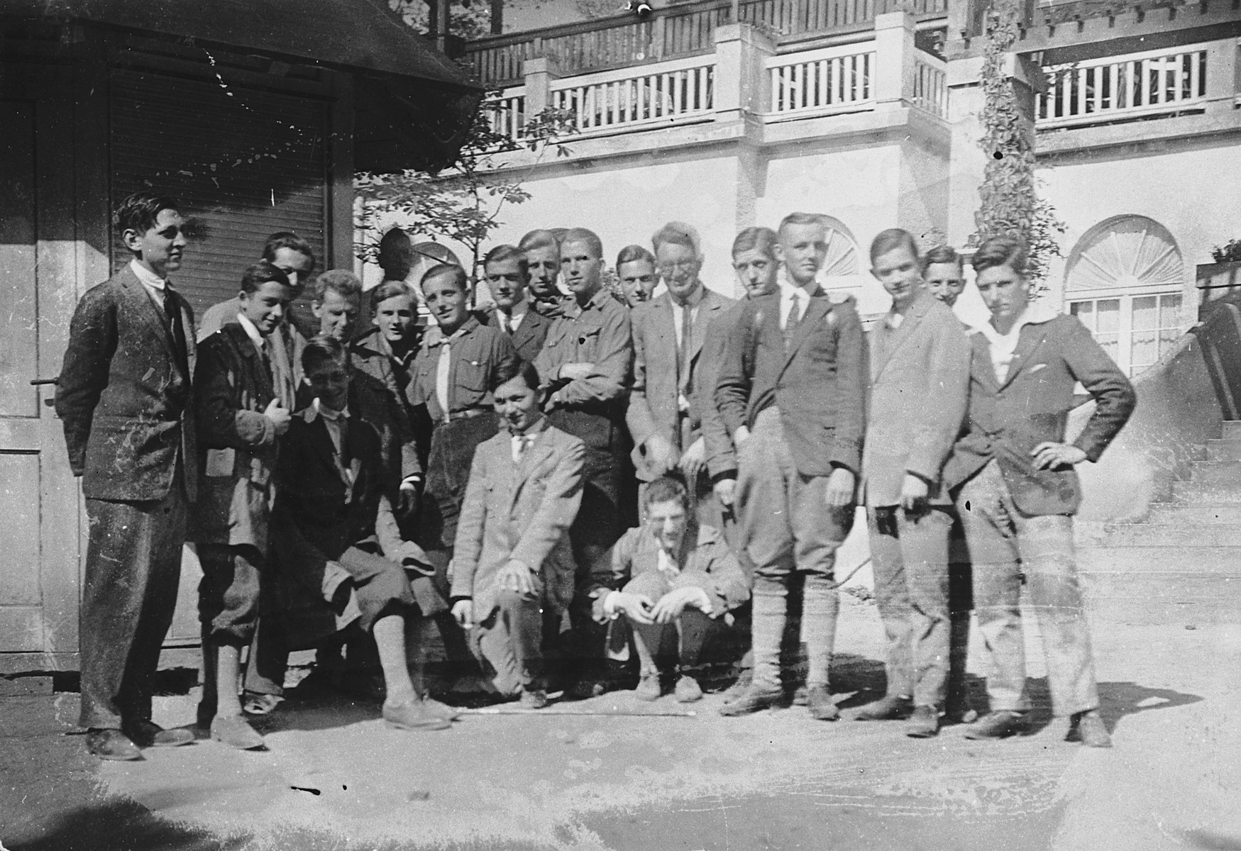 Group portrait of German students, both Jewish and non-Jewish.  Among those pictured is Gerhart Moritz Riegner (second from left?).  Werner Peter Kahn is pictured, standing 6th from the right (blurred).