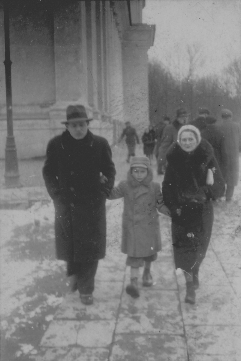 Lejb Melamdowicz on a wintertime stroll with his parents.