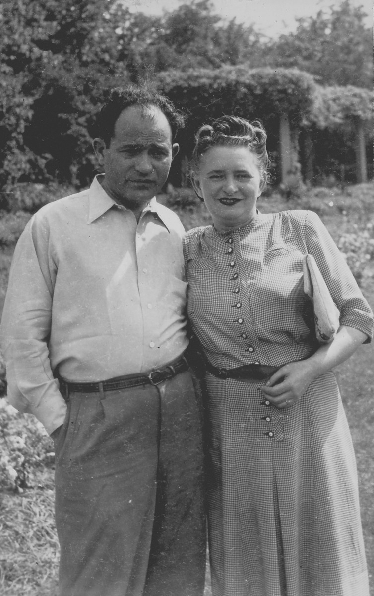 Icchok and Fejgla Melamdowicz in Humbolt Park, Chicago, shortly after their arrival in the U.S.