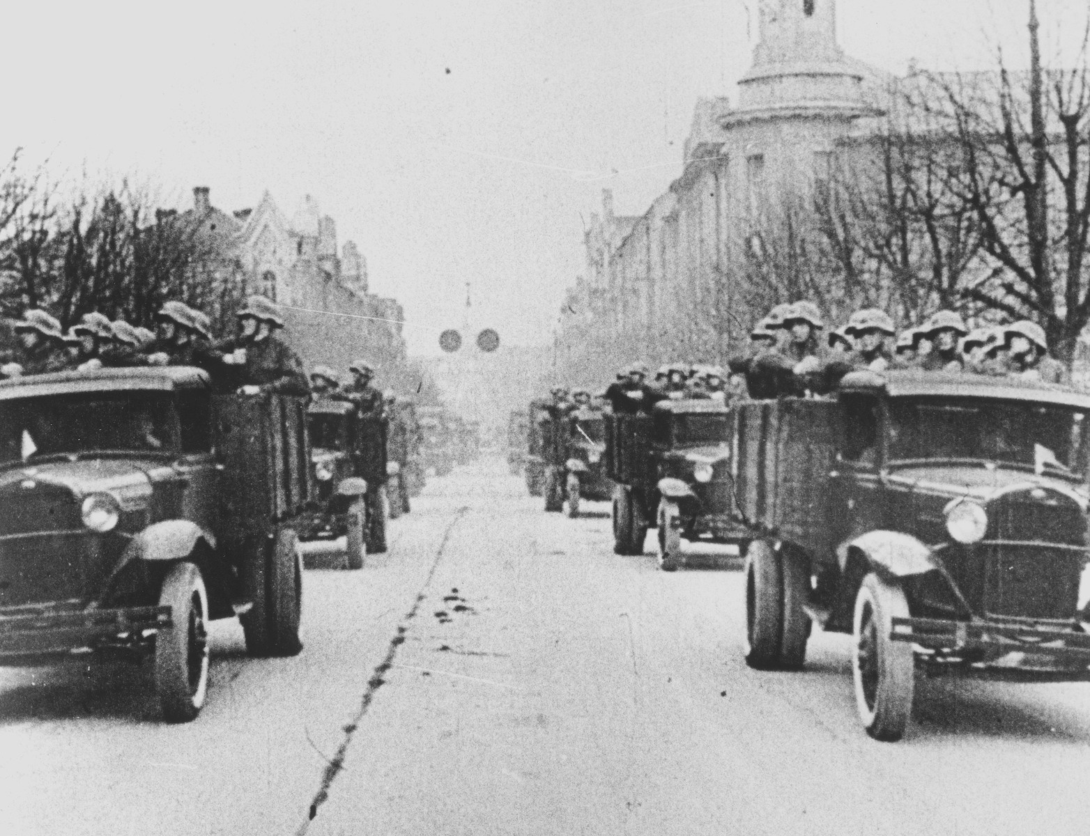Red Army troops enter Vilnius on Gedininas Avenue on June 15, 1940.