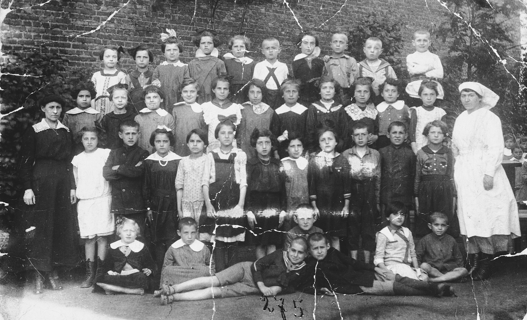 Class portrait of a Jewish elementary school in Lodz.  Among those pictured is Azriel Awret.