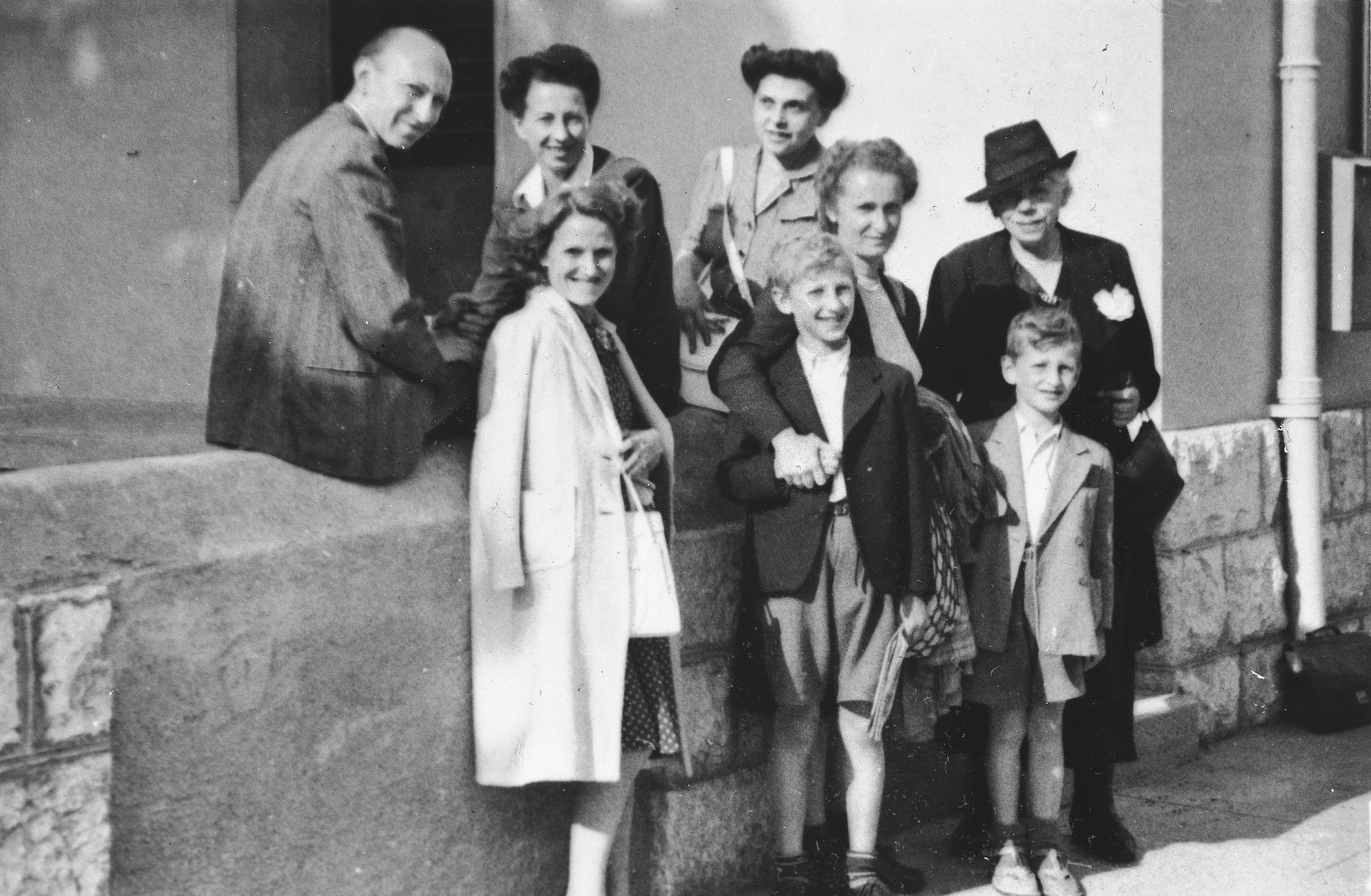 Group portrait of Jewish refugees outside a building in Geneva.  Among those pictured wife Ines Limot (second from right), her sons, Andre and Claude, and mother-in-law, Renate Hirsch (far right).