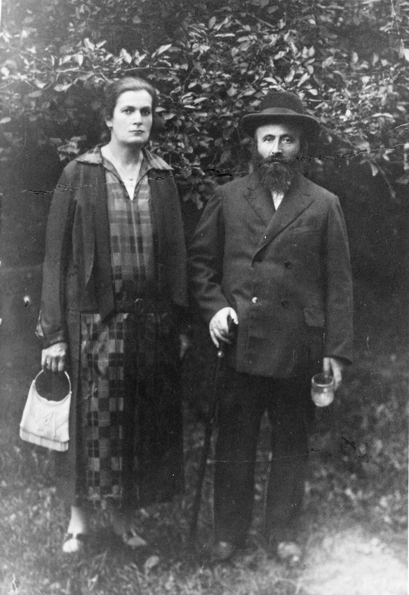 Close-up portrait of a religious Jewish couple.  Pictured are Jakow and Szprinca Menaker.