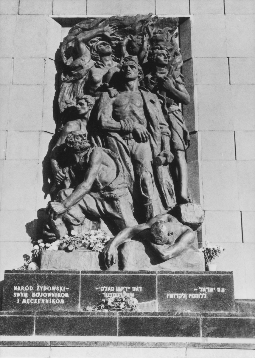 A memorial to the heroes of the Warsaw ghetto uprising by sculptor Nathan Rapaport. The monument was erected on the site of the destroyed ghetto. A copy of this monument is in Yad Vashem in Jerusalem.