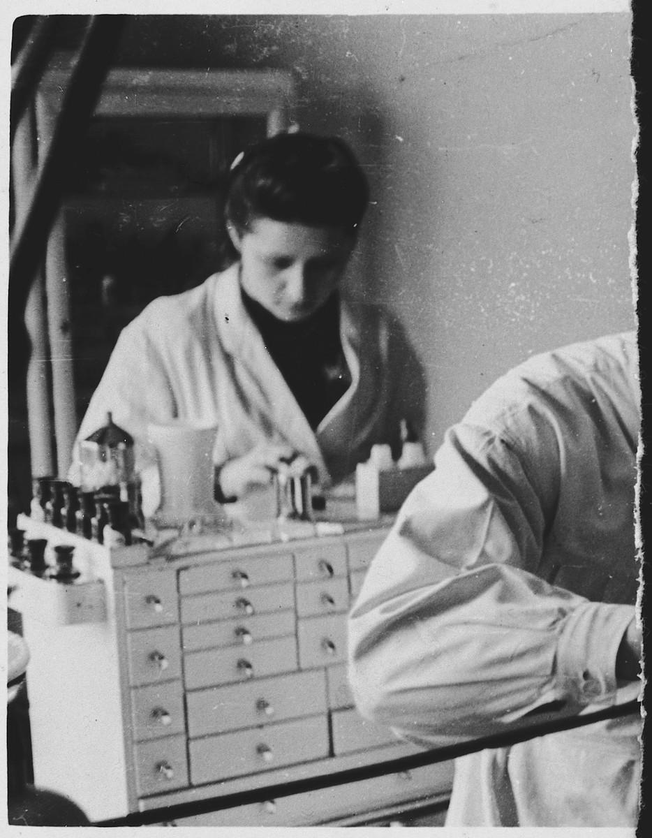 Lala Grunfeld works as a dental technician for a Nazi dentist while hiding as a Polish woman in Warsaw.