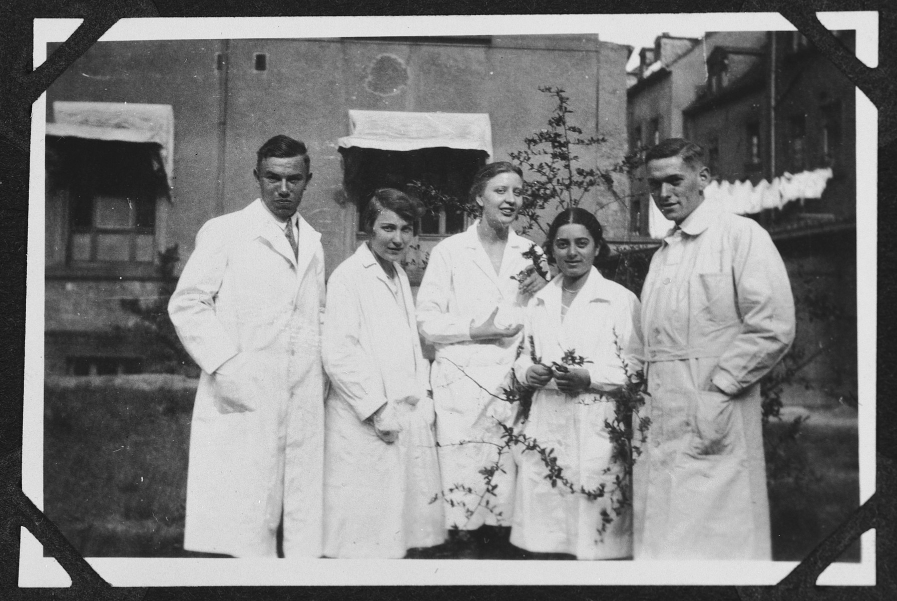 Group photograph of chemistry or dental students in the courtyard of the chemistry building at the University of Heidelberg.  Those pictured include Margot Bähr (second from the right).