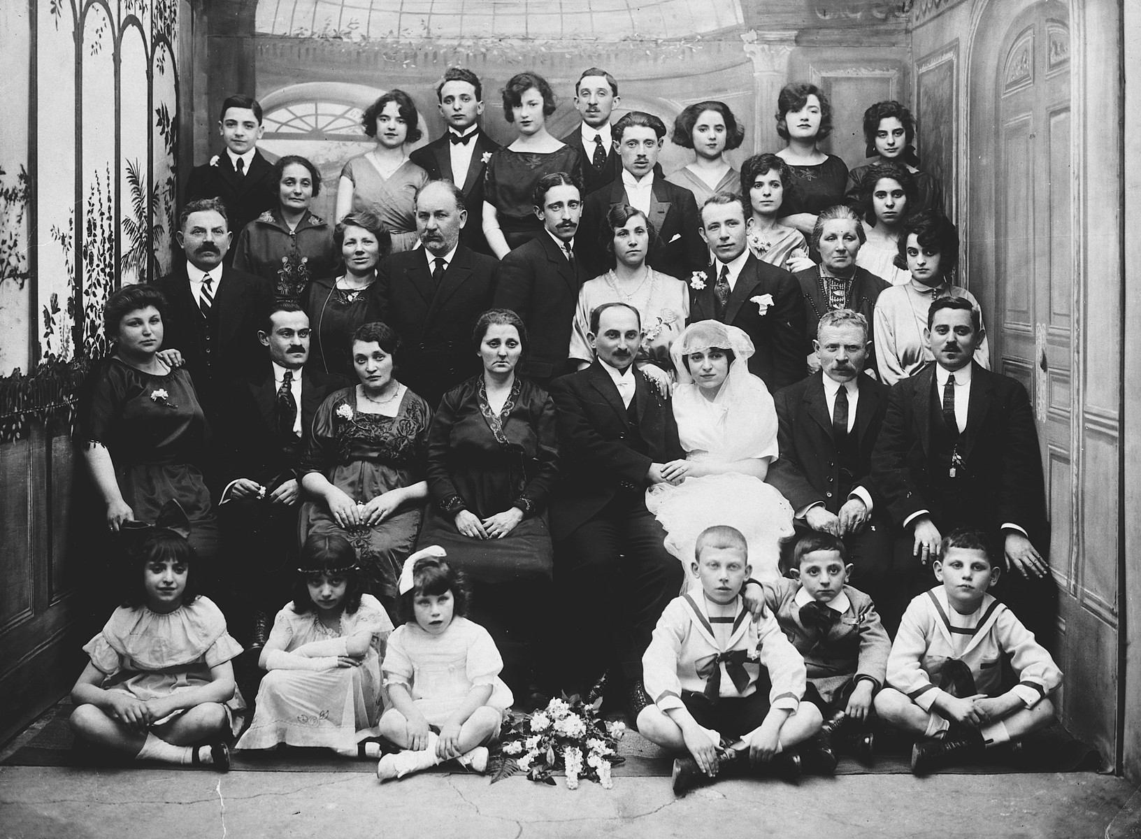 Group portrait of the wedding of Pauline and Jacques Gartenlaub in Paris.