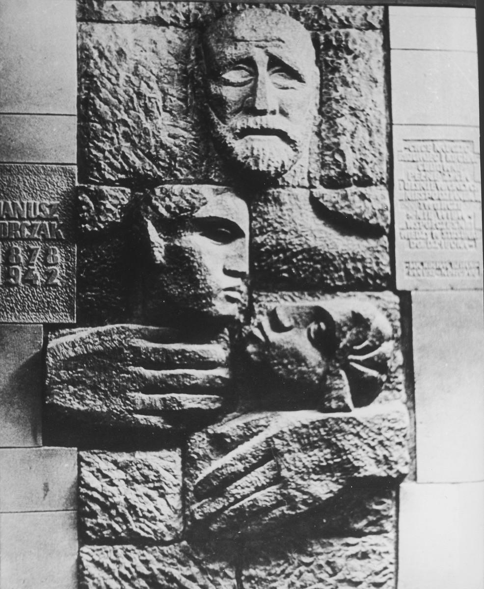 A wall sculpture memorializing Janusz Korczak on the exterior of a teaching hospital bearing Korczak's name.