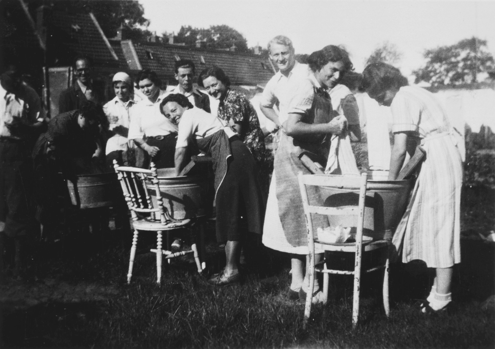Young Zionists do laundry in a kibbutz hachshara in Loosdrecht.  Among those pictured is Letty Rudelsheim.