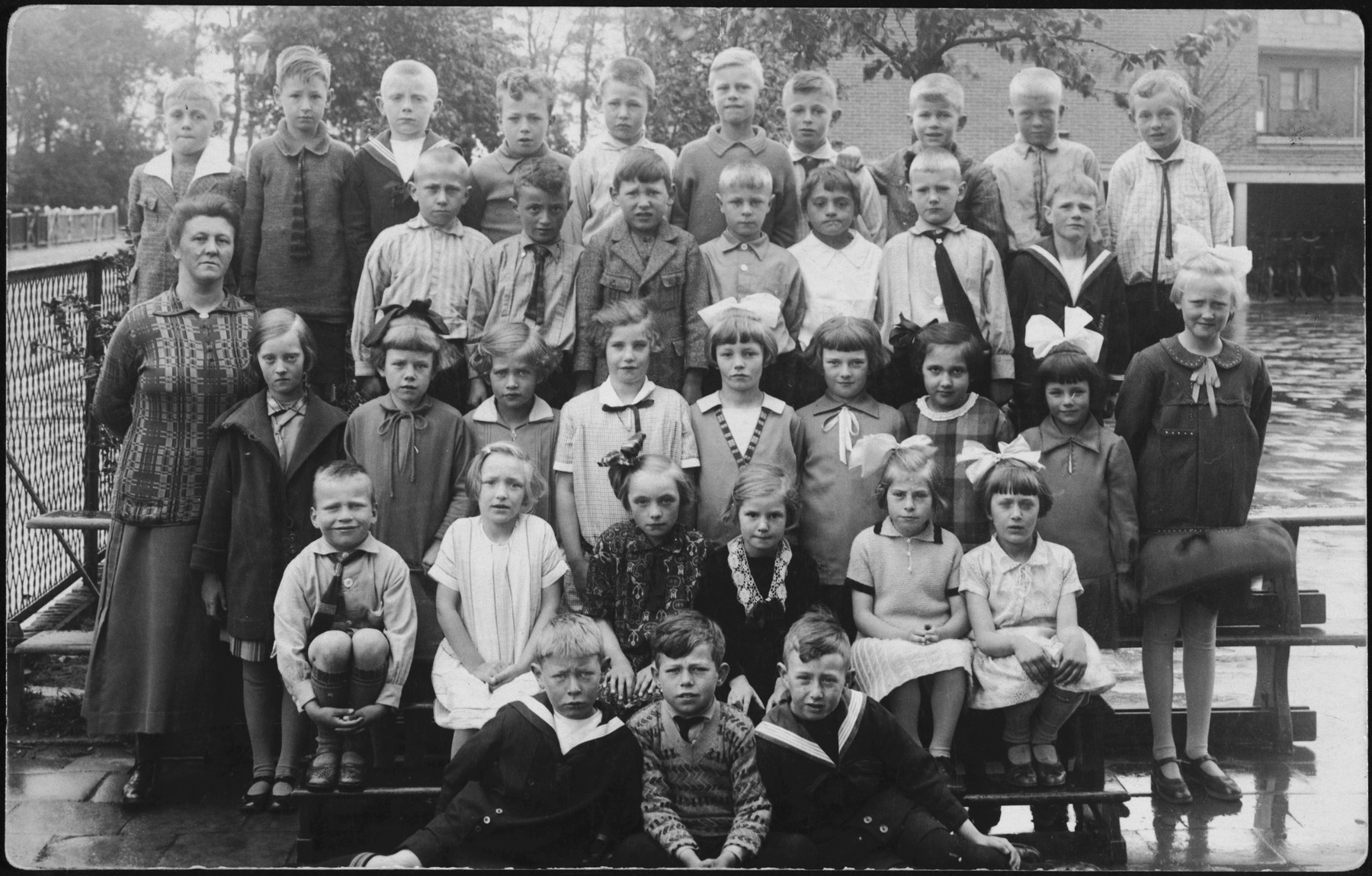 Class portrait of a Dutch elementary school.  Among those pictured is David Van Gelder (second row from the top, second from the left).