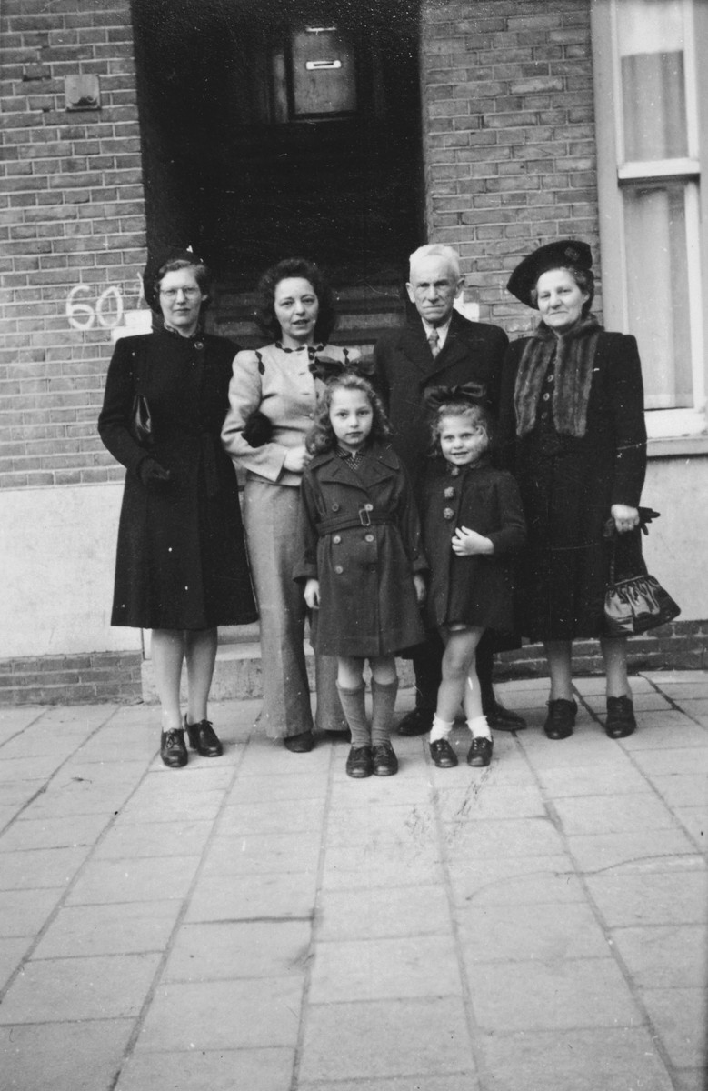 Group portrait of a Jewish Dutch family.  Among those pictured are the sister of Letty Rudelsheim and her two children.