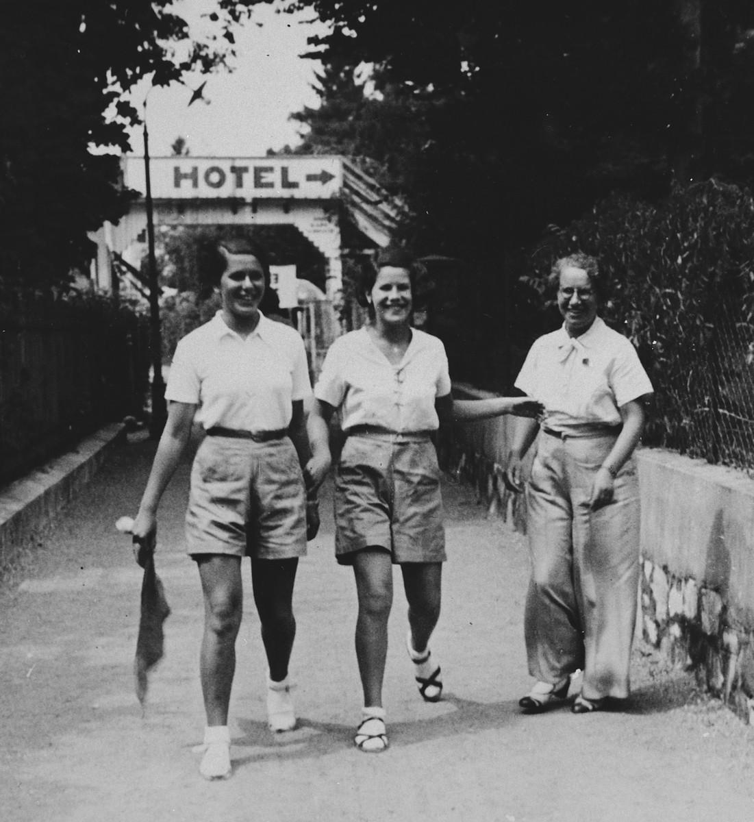 Judith and Hanni Deutsch, Austrian-Jewish swimmers, attend summer training with their mother.