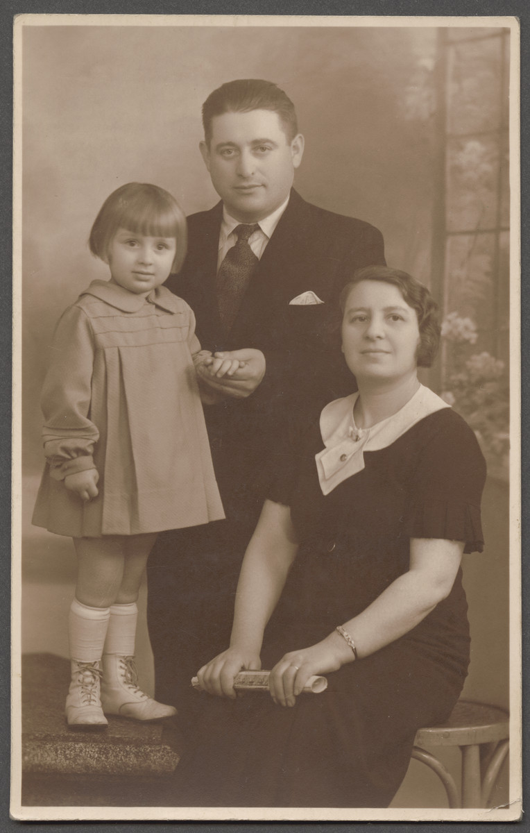 Portrait of Cyrla and Szmul Berenzon with their eldest daughter Mathilde.