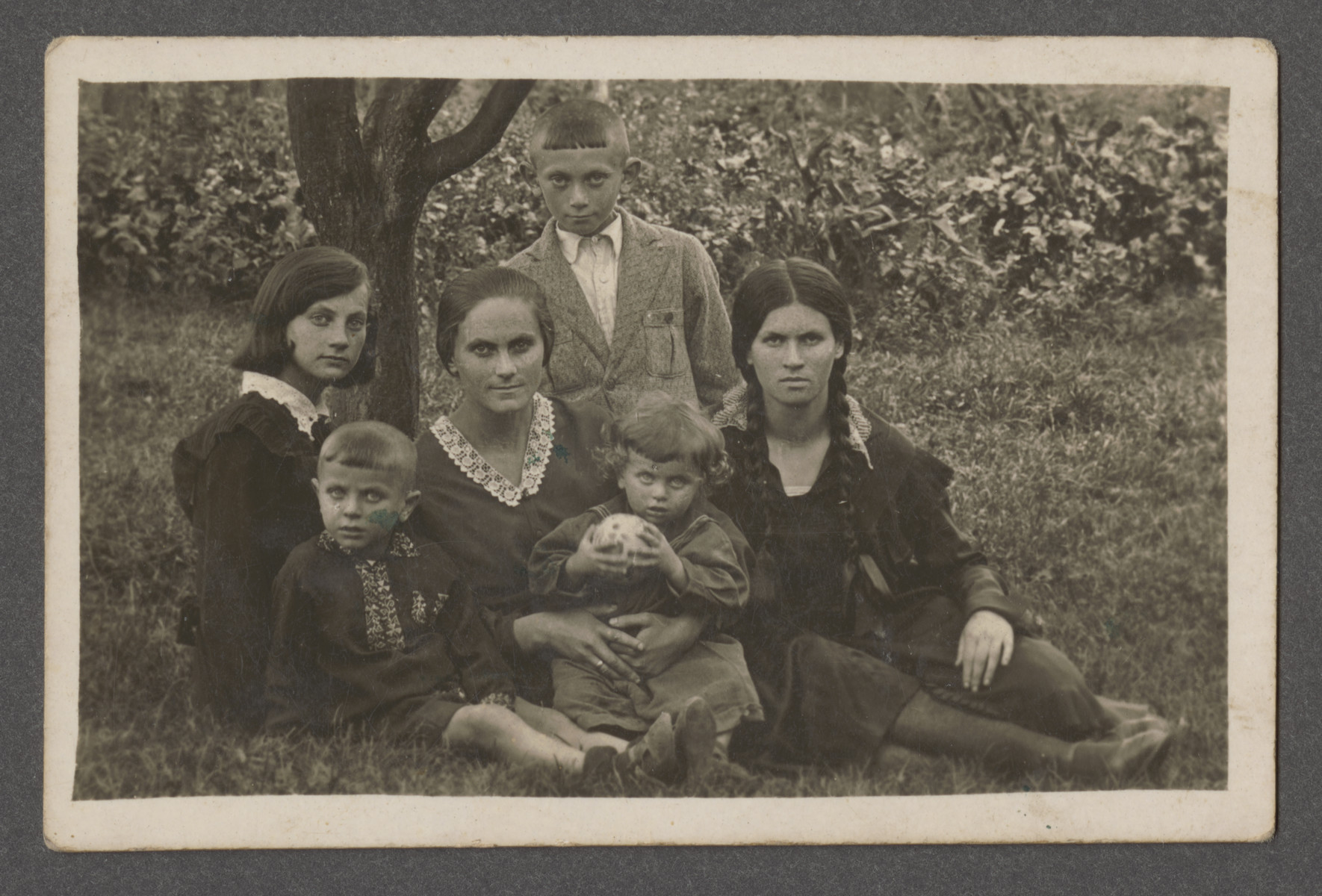 The Sczwarczman family poses outside in prewar Aleksandria.  Pictured from left to right are the Scwarczman siblings Fania, Rosa, Boris and Sonia.  Pictured in front are Rosa's two children .