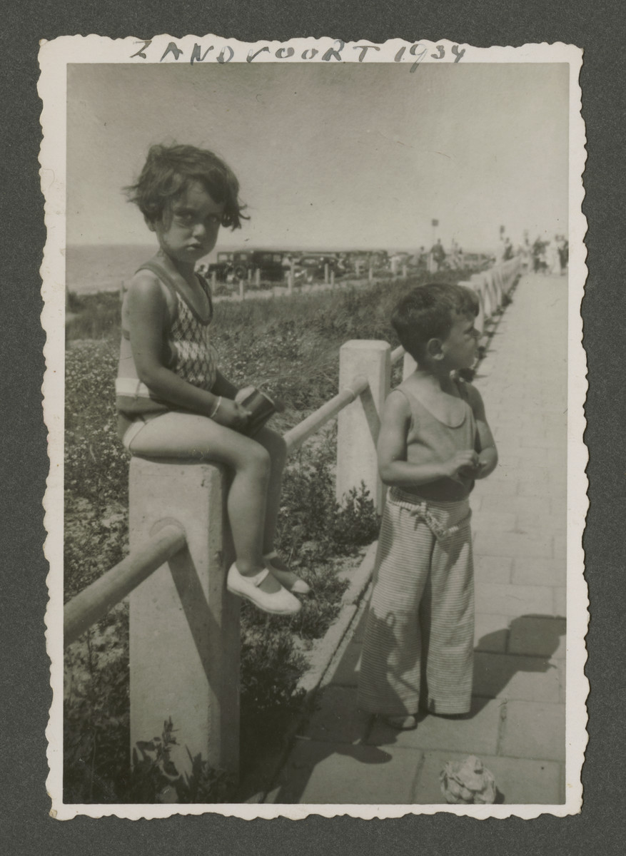 Elisabeth and Henri Rodrigues pose on a walkway while on vacation in Zandvoort.
