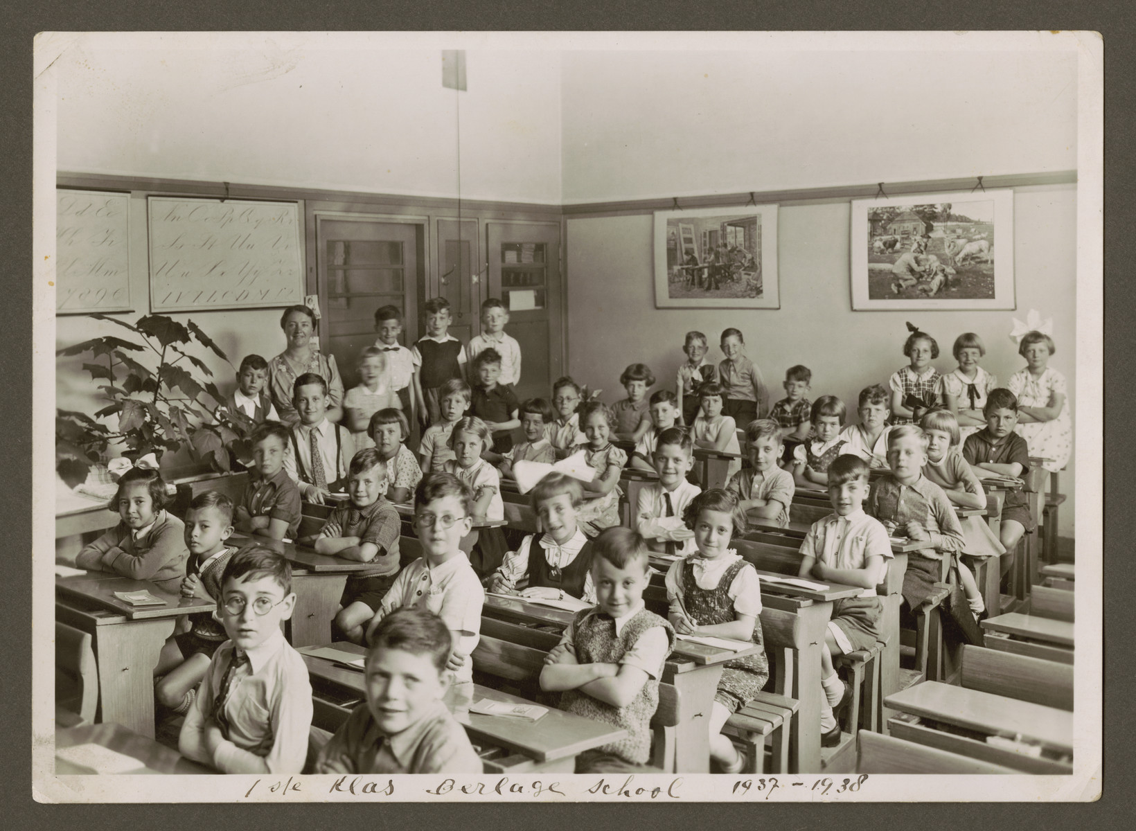 Group portrait of children in an elementary class in the Berlage school in Amsterdam.  Elisabeth Rodrigues is pictured in the middle, second from the left with dark hair.