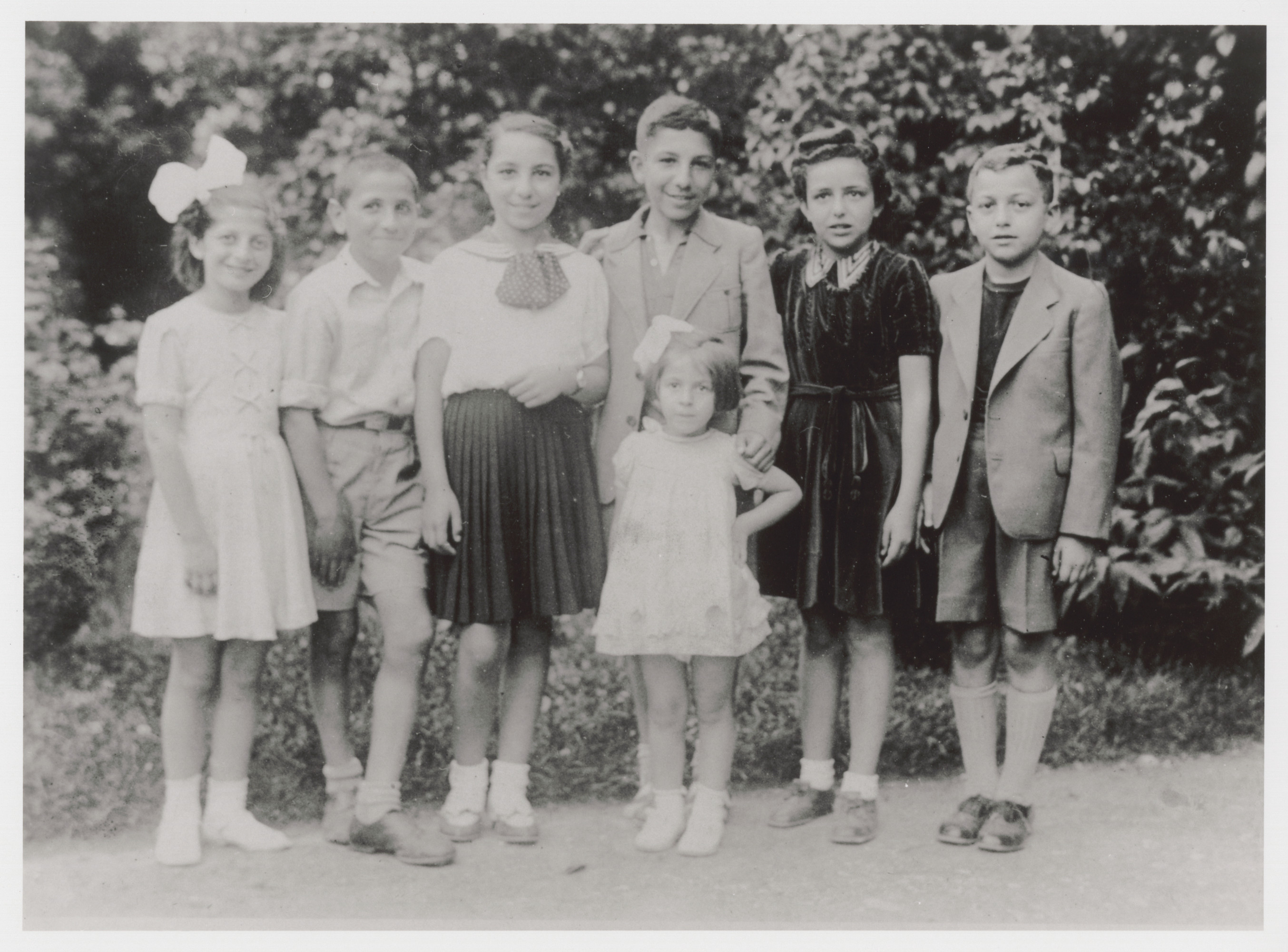 A group of friends on summer vacation.  Among those pictured are Stella and Alberto Levy (back row, third and fourth from left).