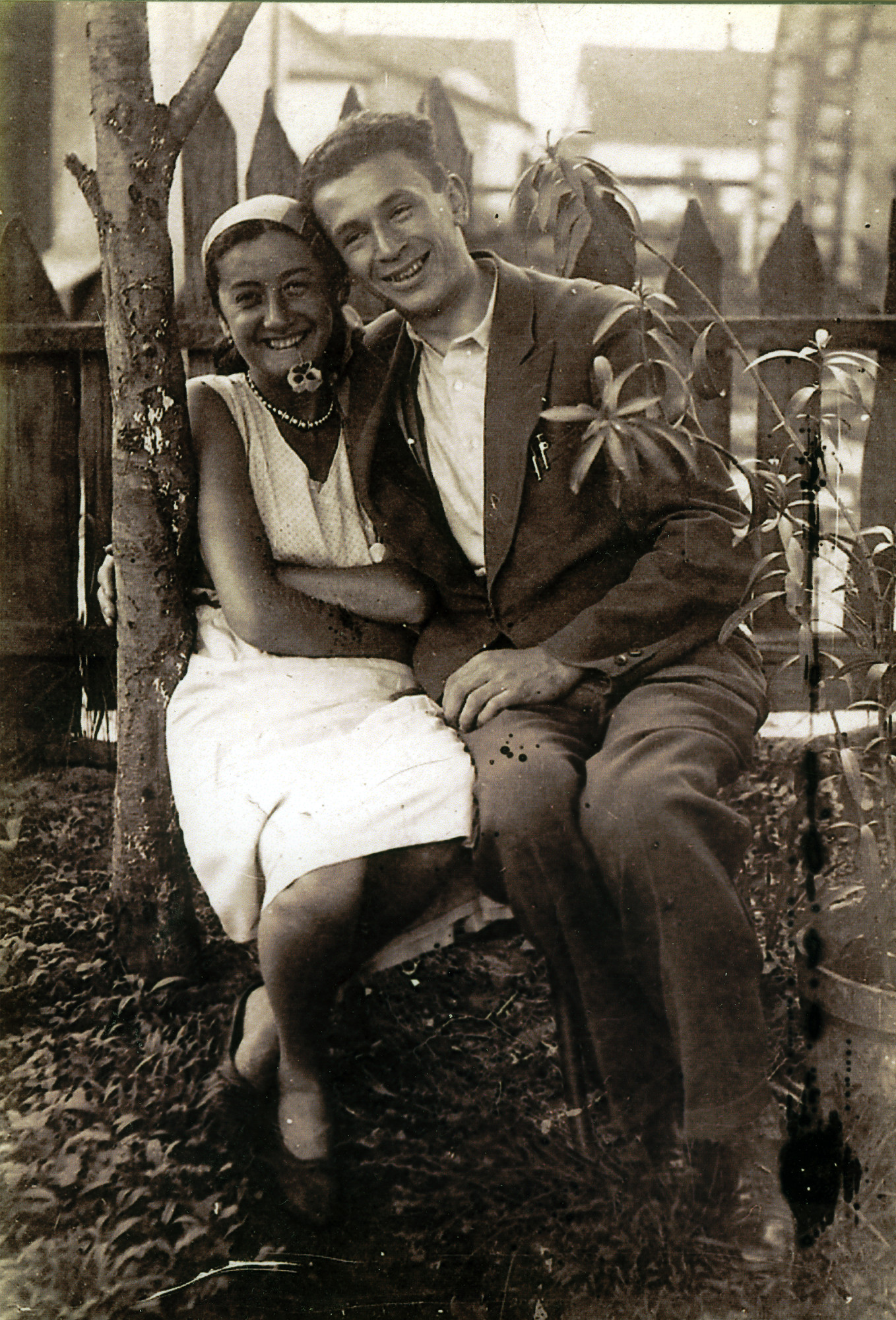 Riva and Dimo Szrajer pose outside on a bench.